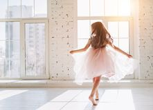 礼服的逗人喜爱的小女孩 库存图片