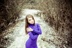 礼服的年轻人相当性感的女孩室外在森林里 库存照片