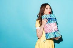 礼服藏品堆的逗人喜爱的女孩当前箱子 免版税图库摄影