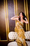 礼服金黄长的妇女 库存图片