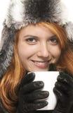 礼服holdin红头发人微笑的冬天妇女年轻&#20 库存图片