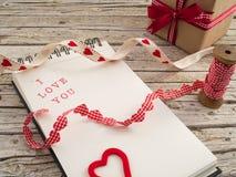 礼物、丝带和笔记本有我爱你的 库存照片