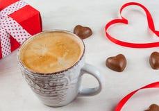 礼物、咖啡和甜点为华伦泰` s天 免版税库存照片