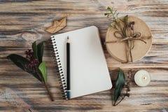 礼物、开放笔记本和花装饰 免版税库存照片