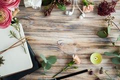 礼物、开放笔记本和花装饰 库存图片