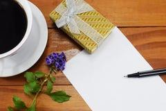 礼物、热的咖啡与花和祝贺的地方 免版税库存图片