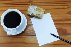 礼物、热的咖啡与花和祝贺的地方 免版税库存照片