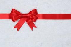 礼物与雪的丝带背景在礼物的冬天在Christma 免版税库存照片