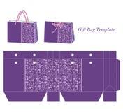 礼物与紫色花卉样式的袋子模板 免版税库存图片