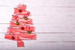 礼物丝带与装饰品的圣诞树 免版税库存图片