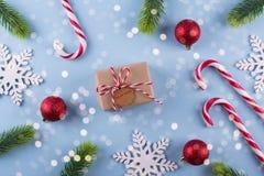 礼物交换 与笔记秘密圣诞老人冷杉分支和圣诞节玩具的Boxe在蓝色淡色背景 免版税图库摄影