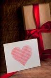 礼物包裹与一条红色丝带 免版税库存照片