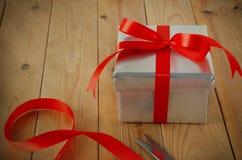 礼物包裹与在表上的丝带 免版税库存照片