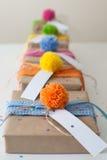 礼物包裹在牛皮纸和栓与被编织的丝带 库存照片