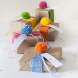 礼物包裹在牛皮纸和栓与被编织的丝带 图库摄影
