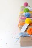 礼物包裹在牛皮纸和栓与被编织的丝带 免版税库存图片