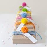 礼物包裹在牛皮纸和栓与被编织的丝带 库存图片