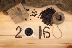 礼物和咖啡庆祝composyion 2016个新年 库存照片