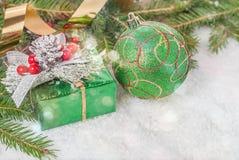 礼物和球在冷杉分支中 库存照片