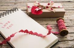礼物和笔记本有我爱你的 图库摄影