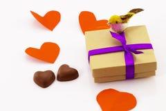 礼物和糖果在心脏形状在白色背景Valentin 库存图片
