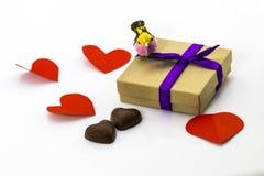 礼物和糖果在心脏形状在白色背景Valentin 库存照片