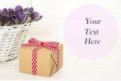 礼物和紫色Anemon在篮子在白色背景与空间您的文本的 ?? 免版税库存图片