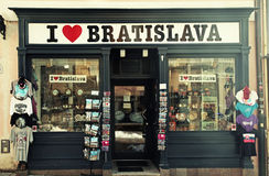 礼物和纪念品店在布拉索夫,斯洛伐克老镇  免版税库存照片