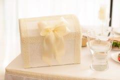 礼物和金钱的婚礼箱子 免版税库存图片