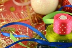礼物和贺卡与红色弓和红色丝带 免版税库存图片