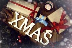 礼物圣诞节木背景蜡烛 免版税库存图片