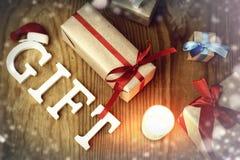 礼物圣诞节木背景蜡烛 库存照片