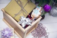 礼物在一棵装饰的圣诞节树下 库存照片