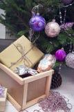 礼物在一棵装饰的圣诞节树下 免版税库存图片