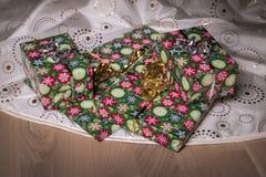 礼物在地板上的圣诞树下 库存照片