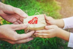 礼物在孩子的手上 祝贺在他的父亲` s天 免版税库存图片