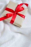礼物在牛皮纸和栓与丝带 库存照片