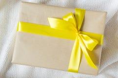 礼物在牛皮纸和栓与丝带 免版税库存图片