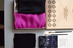 礼物在老师天设置了桃红色丝绸-越南丝绸 库存照片
