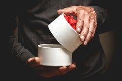 礼物在年长人的手上 免版税图库摄影