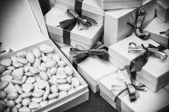 礼物堆与丝带 免版税库存图片