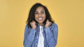 礼物惊奇的愉快的惊奇非洲女孩隔绝在黄色背景 股票视频