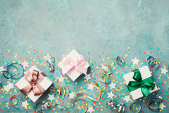 礼物或当前箱子装饰了五颜六色的五彩纸屑、星和飘带在蓝色葡萄酒台式视图 平的位置样式 生日 库存图片