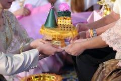 礼物新郎和新娘提供的盘子对老在传统泰国婚礼 婚姻的概念 免版税库存图片