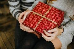 礼物新年在一个家庭假日的手上 库存照片