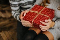 礼物新年在一个家庭假日的手上 免版税库存照片