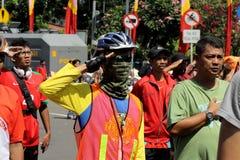 礼物武装在旗子仪式的态度 图库摄影
