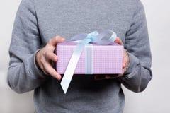 礼物特写镜头与举行由人的白色丝带的 配件箱礼品查出的白色 生日,新年,华伦泰` s天, 8前进,圣诞节概念 A 库存图片