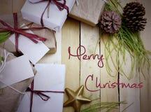 礼物的一汇集的顶上的透视在自然白色和包装纸包裹的栓与黄麻和串 一些前 库存照片