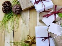 礼物的一汇集的顶上的透视在自然白色和包装纸包裹的栓与黄麻和串 一些前 免版税库存图片